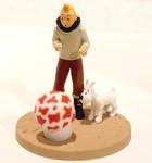 Figurine de tintin avec milou et un champignon